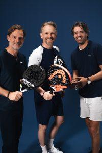 Padel specialist Marcel Bogaart, voormalig proftennisser John van Lottum en acteur Barry Atsma lanceren PLAZA PADEL.